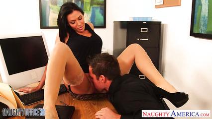 Сексуальная секретарша пришла на работу без трусиков