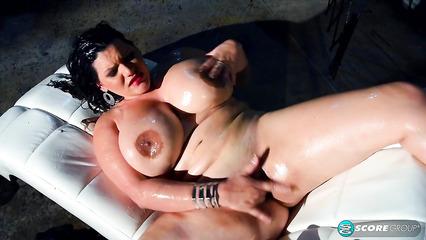 Жирная брюнетка мастурбирует влагалище