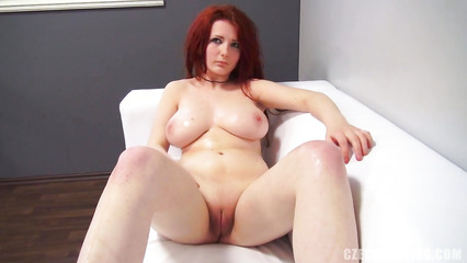 Рыжая сучка с большими сиськами на порно кастинге