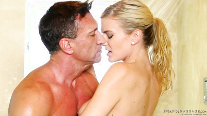 Блондинка делает мускулистому мужику нуру массаж