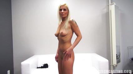 Худенькая блондинка пытается раскрепоститься на кастинге