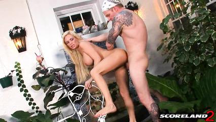 В саду парень натягивает на член сиськастую девушку