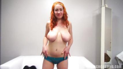 Кастинг с участием рыженькой сучки с огромными дойками