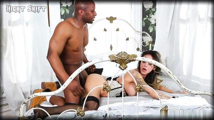 Потаскушка занялась сексом с темнокожим парнем