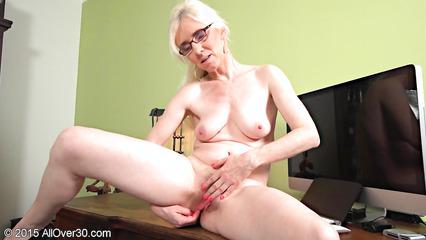 Старая блондинка сует пальцы в волосатую пизденку