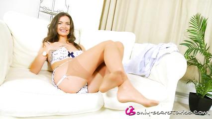 Сексуальная девушка в белье показывает перед камерой свое нежное тело