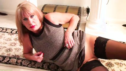 Зрелая блондинка в чулках мастурбирует на полу