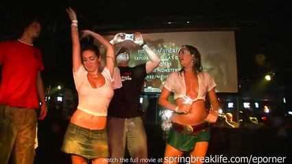 Пьяные девушки раскрепостились на вечеринке в клубе