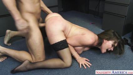 Грудастая секретарша на полу ебется с начальником