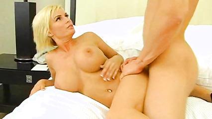 Пышногрудая блондинка с натуральными дойками ублажает горячего паренька