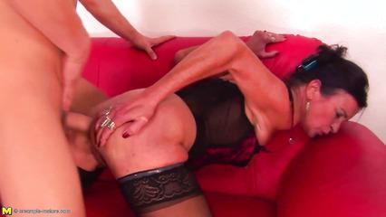 Зрелая брюнетка в черных чулках занимается жарким сексом со студентом