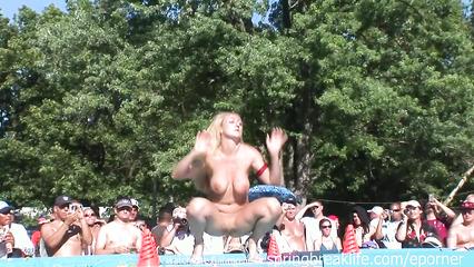 Голые телки на публике демонстрируют свои горячие тела и соблазняют мужиков