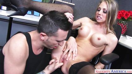 Похотливая секретарша никогда не против секса с начальником