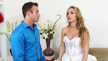 Красавица в свадебном платье трахнулась с продавцом в магазине
