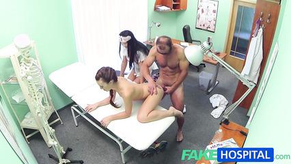 Секс втроем в больничной палате перед скрытой камерой
