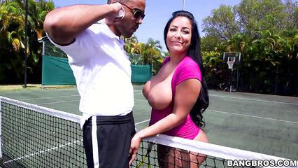 На теннисном корте выебали брюнетку с большой жопой и сиськами