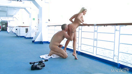 На корабле парнишка оприходовал светловолосую девушку