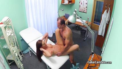 Скрытая камера сняла секс доктора и рыжеволосой девушки