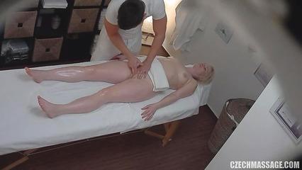 Голая блондинка получает нереальное удовольствие от массажа