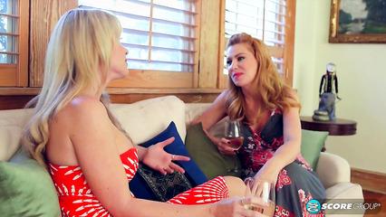 Две молоденькие лесбиянки устроили оргию с горячими тетками