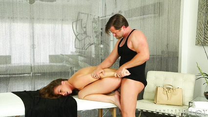 Пошлый мужлан насаживает жопастую шлюшку на твёрдый фаллос