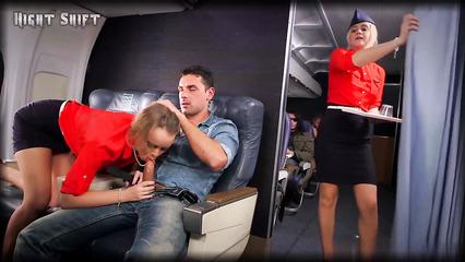 Везучий мужик трахает похабную стюардессу во время перелета
