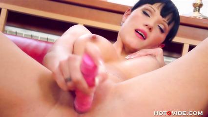 Грудастая брюнетка получает оргазм от вибратора в бритой вагине