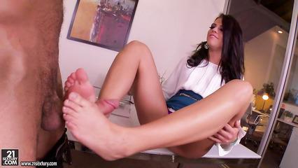 Пылкая секретарша дрочит боссу ногами перед трахом в киску