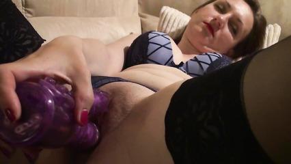 Похотливая дамочка мастурбирует вагину большим вибратором