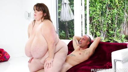 Озабоченная толстушка страстно скачет на мощном пенисе парня