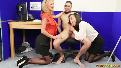 Офисные потаскушки сосут крепкий пенис похотливого сотрудника