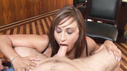 Похотливая подруга заглатывает большой пенис сожителя перед завтраком