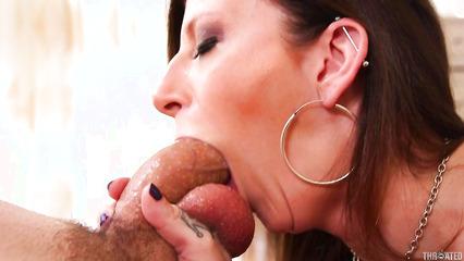 Горячая мадам заглатывает член по самые яйца