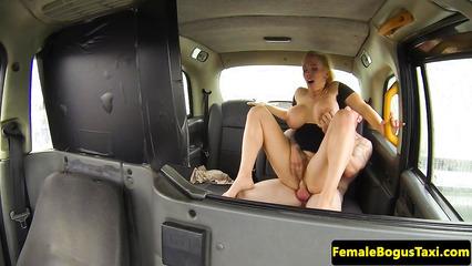 Таксист долбит в киску огромным членом легкодоступную милфу