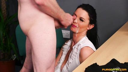 Наглый начальник обкончал милое личико сексуальной секретарши