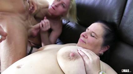 Зрелые толстушки кувыркаются на диване с лысеющим ловеласом