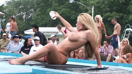 Горячая блондинка показывает свои прелести публике
