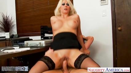 Сексапильная секретарша сношается с начальником ради доху спермы