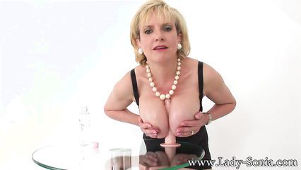 Зрелая блондинка ласкает большие дойки и вагину резиновым дилдо