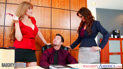 Начальники соблазнили на секс зрелые сотрудницы