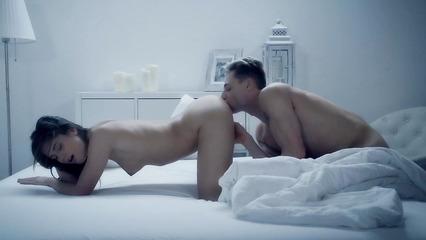 Очень красивое порно с брюнеткой на кроватке