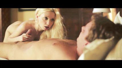 Перед сексом блондинка отсосала член паренька