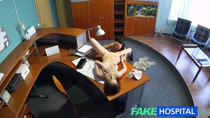 Лесбийский секс прямо в регистратуре