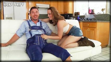 Красивую девушку Chanel Preston трахают на диване