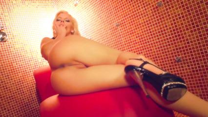 Жаркая блондинка мастурбирует влажную киску