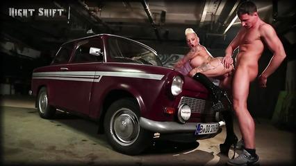 Возле старого автомобиля ебет татуированную шлюху