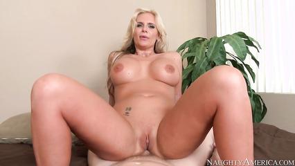 POV трах блондинки с большой попой и большими сиськами