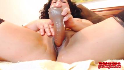 Зрелая латинская сучка сует секс игрушку во влагалище