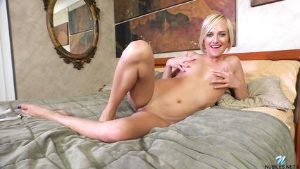 Фингеринг в исполнении миловидной блондинки