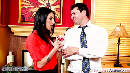 В офисе начальника соблазнила стройная секретарша